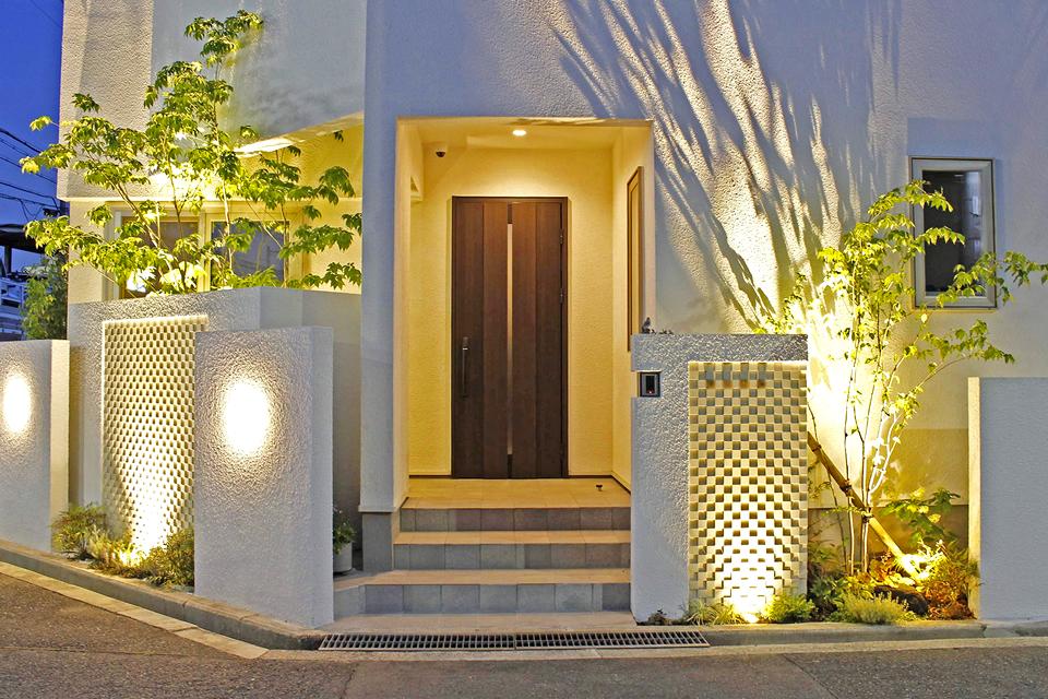 シンボリックな白壁と植栽が映える新築エクステリア
