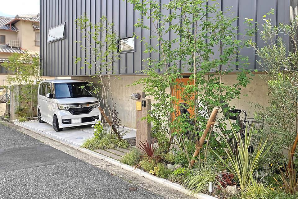 スタイリッシュな建築を際立たせる<br>緑豊かなナチュラルエクステリア