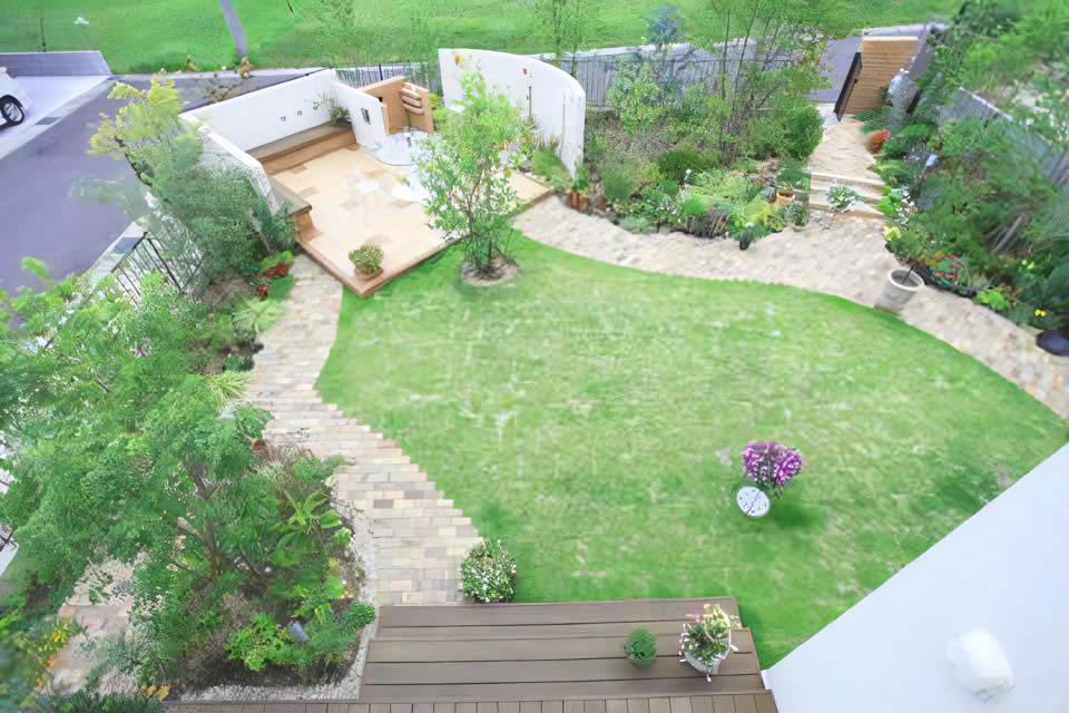 プライベート空間をつなぐ回遊式洋風ガーデン