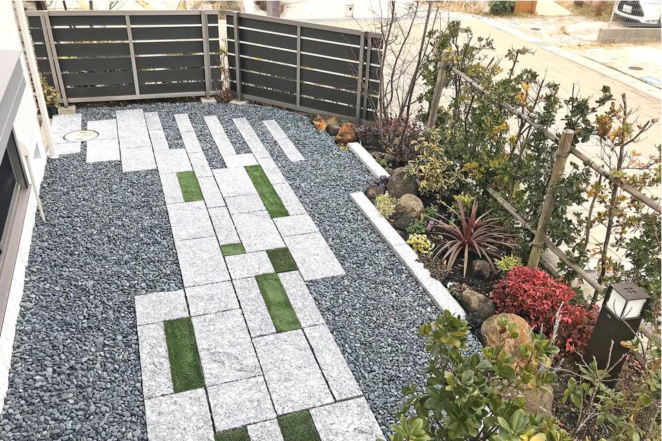 和モダン薫る石畳小道とタイルテラスのお庭